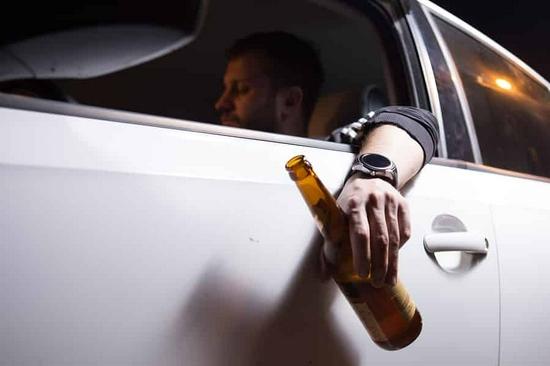 美国新法案将强制新车安装酒驾检测器